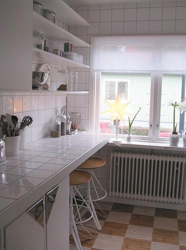 фото.  Дизайн маленькой кухни.  Пол на кухне так же требует внимания, здесь следует подбирать покрытие...